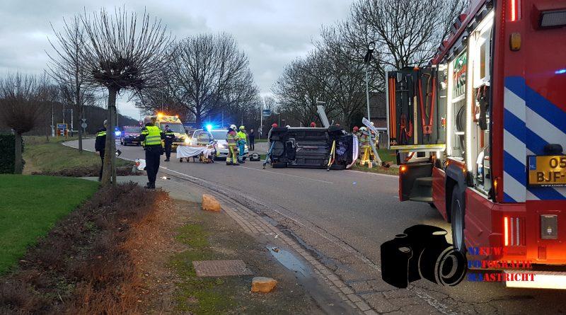 Auto op zijn kant na ongeval met lantaarnpaal